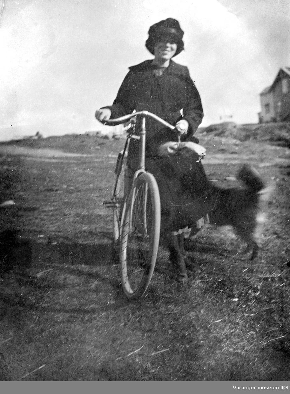 Mildrid Hoel på sykkel med hund ved Prestelv, Vadsø.