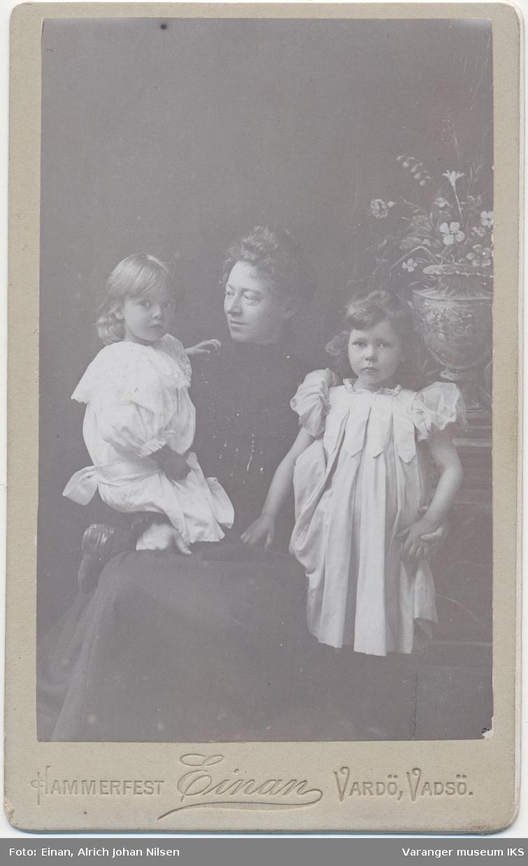 Portrett, Hanna Barbara Engelsen med to barn
