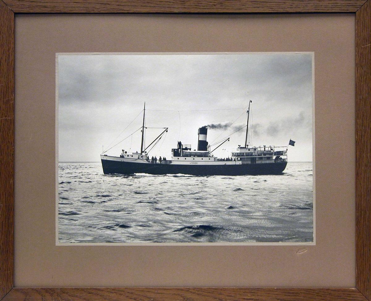 """D/S """"Lyngen"""" i full damp på fjord."""