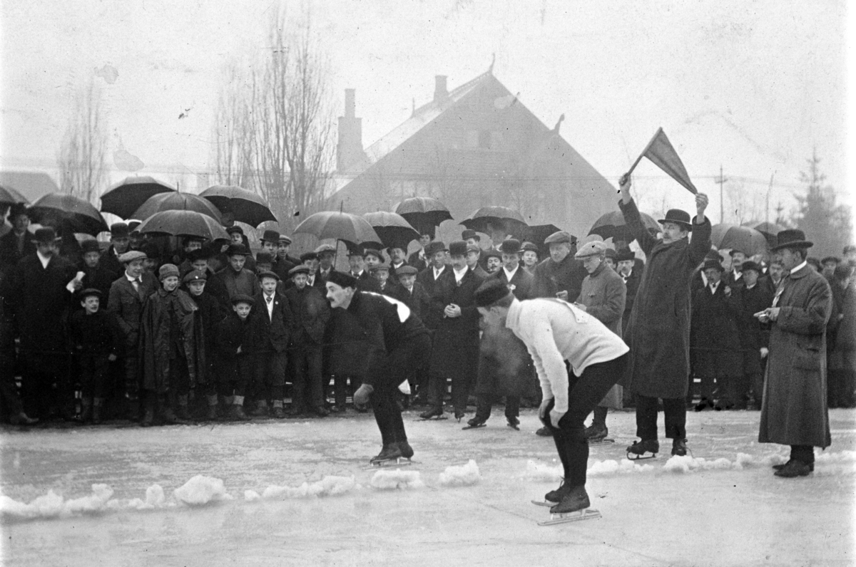 Skøyteløp på gamle Frogner stadion. Oscar Mathisen og Strømsten(?) på 500 m.  Oscar Wilhelm Mathisen (født 4. oktober 1888, død 10. april 1954) var en norsk skøyteløper som representerte Kristiania Skøiteklubb.