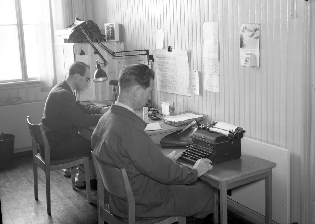 To menn på et kontor