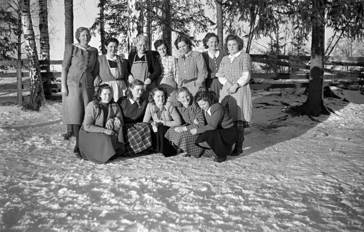 Eksteriør, vinter. Ukjent gruppe kvinner. Vevkurs.