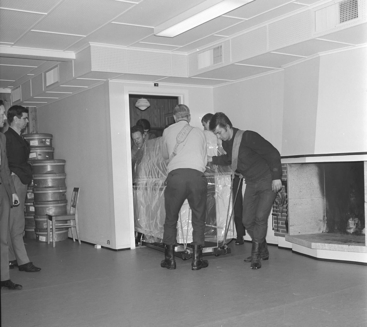 Nasjonal Kassaregister A/S. Montering, Installasjon av datamaskin hos Berger Langmoen A/S. Desember 1969. Datautstyr trilles inn på kontoret. Ukjente.