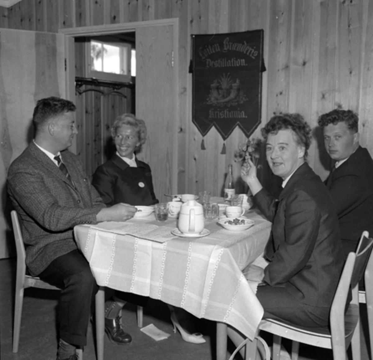 LØITEN BRENNERI, LØTEN 15-16/8-1962. SALGSKONSULENTER, MÅLTID.