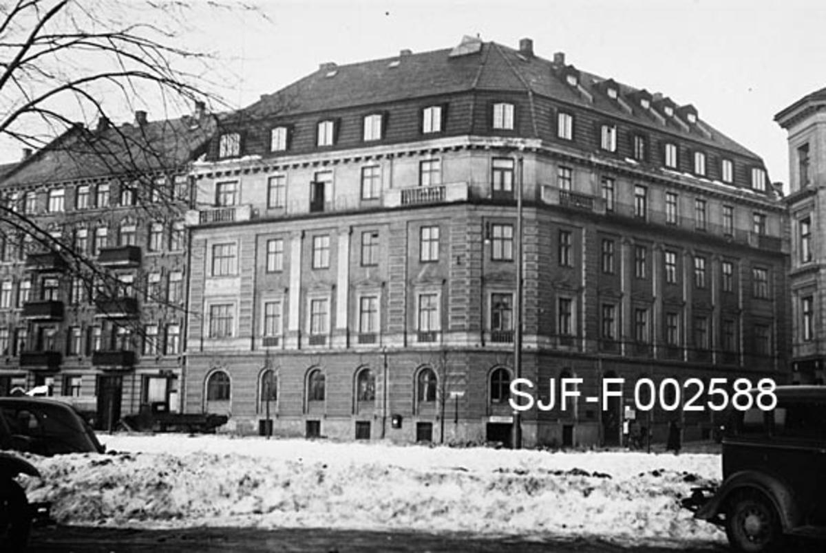 Munkedamsveien 53b i Oslo.  Firmaet Schwencke & Co's Eftf., som produserte og forhandlet bek og andre tjærebaserte produkter, primært for maritimt bruk, flyttet i 1938 fra Skippergata 17b, som skulle rives, til denne gården.  Det er en monumental hjørnegård i pusset murverk med tilbaketrukken 4. etasje, sannsynligvis også med boligrom i 5. etasje, som befinner seg bak den bratte, nedre delen av et mannsardtak.  Herfra var det forholdsvis kort veg til firmaets havnelager på Tjuvholmutstikkeren.  Den store sabotasjeeksplosjonen i 1943 skaket huset kraftig og ødela ett av nabohusene fullstendig.  Heldigvis skjedde dette på en søndag, da Schwenckes formann Henrik Hasle og familien hans, som hadde leilighet i tilknytning til kontoret, var i barnedåp.  De kom følgelig ikke til skade, men flyttet ikke tilbake.  Et av nabohusene ble fullstendig ødelagt.