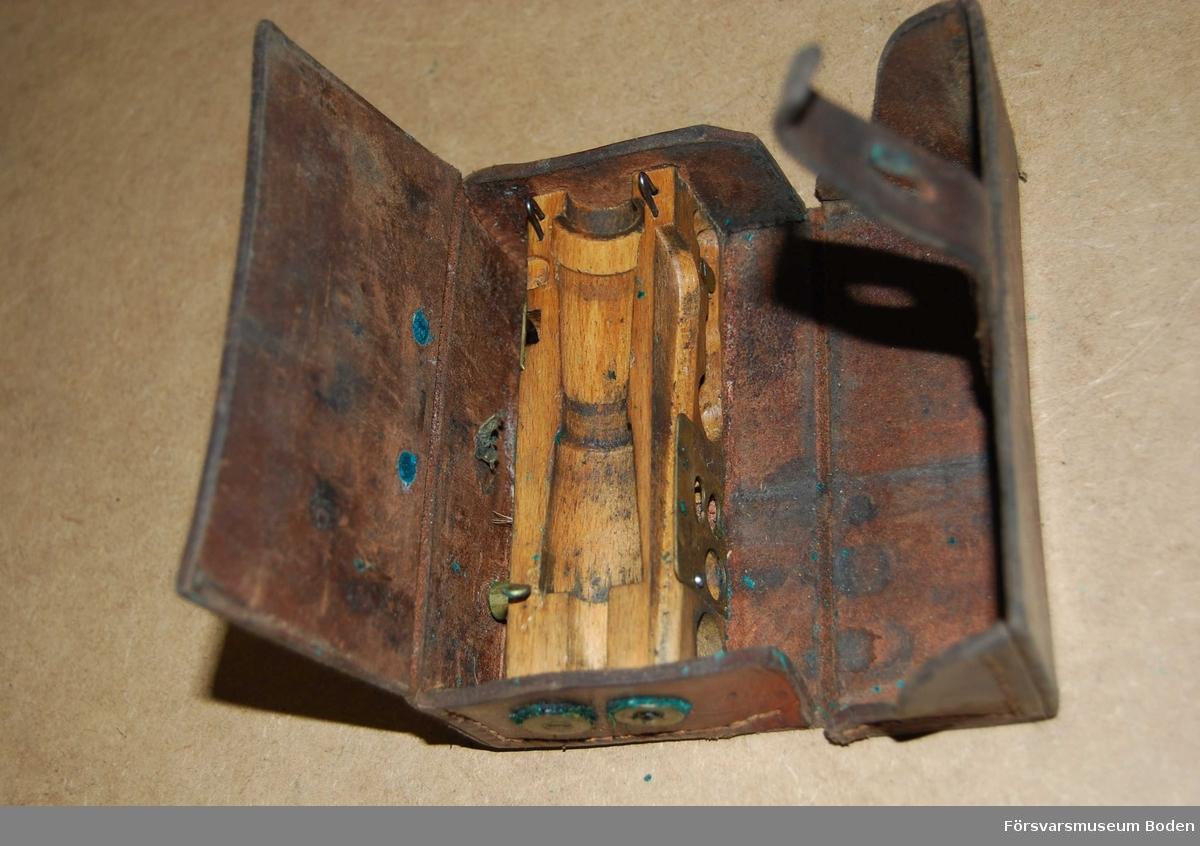Tom väska nr 1 som ska innehålla verktyg för vård och reparation av kulsprutegevär m/1937.