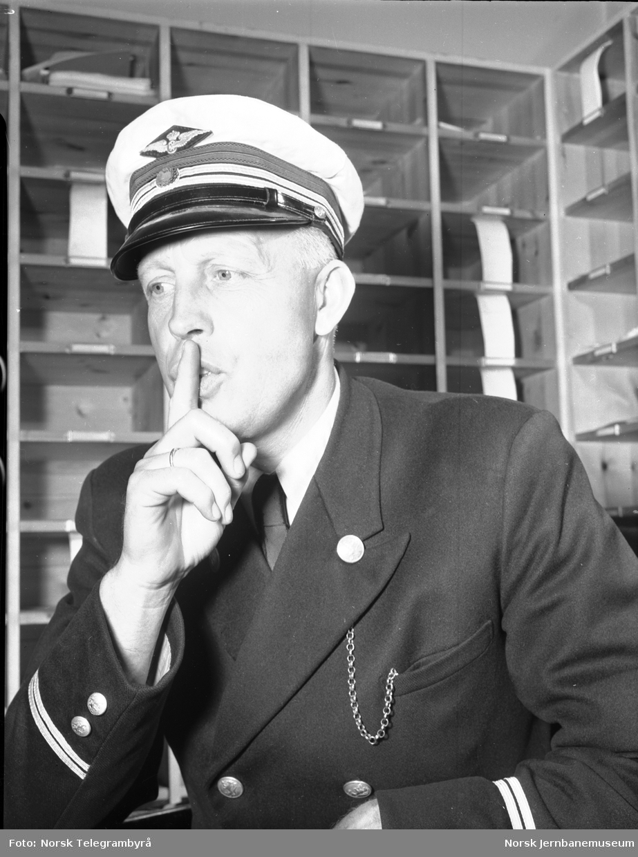 """En mann som sier """"hysj"""" : bilde av konduktør brukt på """"Vis hensyn-plakat"""" i sovevogn"""