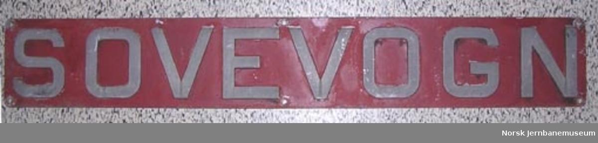"""Skilt """"SOVEVOGN"""" fra NSB-sovevogn (stålvogn) av Scandia-typen"""