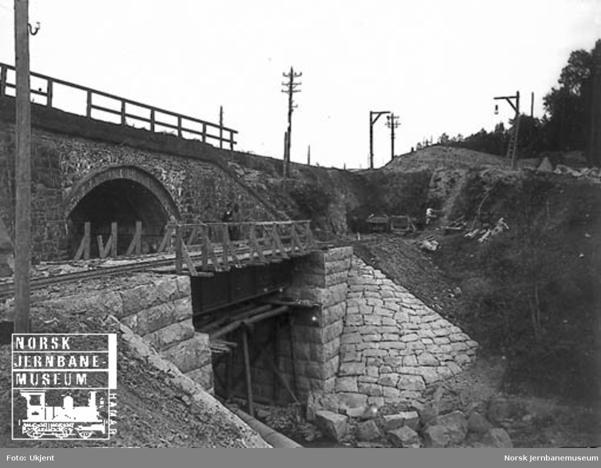Bygging av bru for godssporet med den gamle steinhvelvsbrua ved Nygård bakenfor