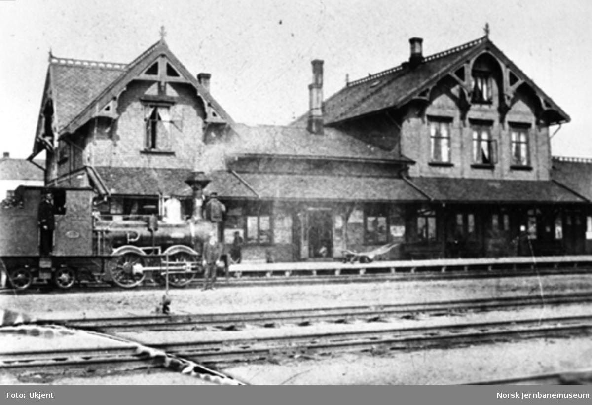 """Damplokomotivet type VI nr. 10 """"Ceres"""" foran Hamar stasjonsbygning"""