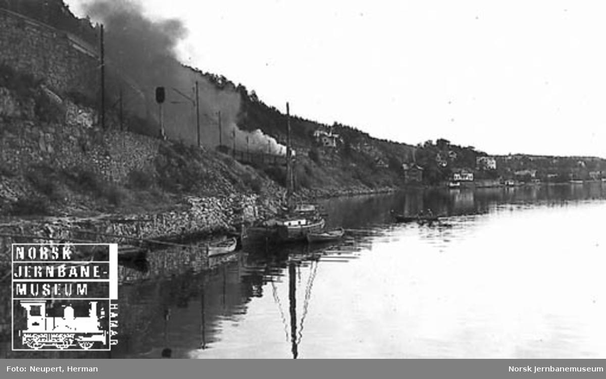 Damplokomotiv med persontog mellom Bekkelaget og Ljan