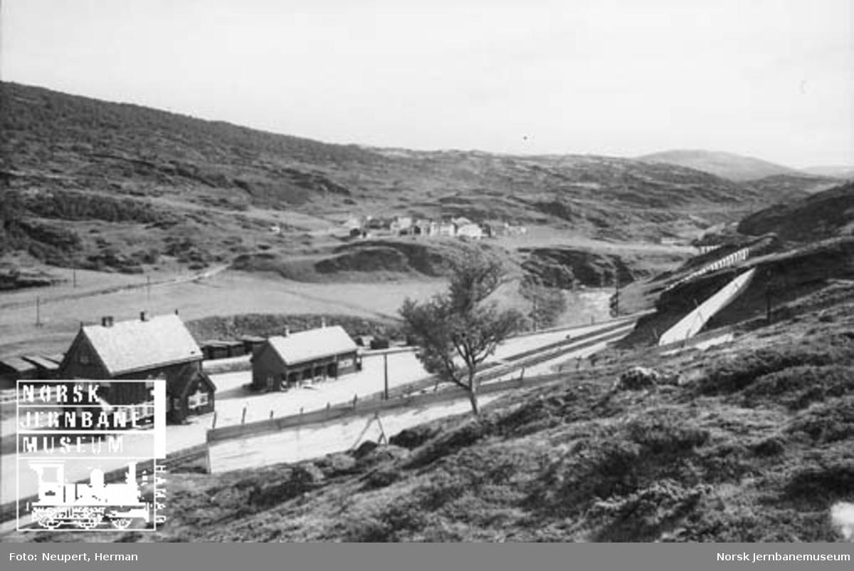 Oversiktsbilde med Kongsvoll stasjon og fjellstua i bakgrunnen