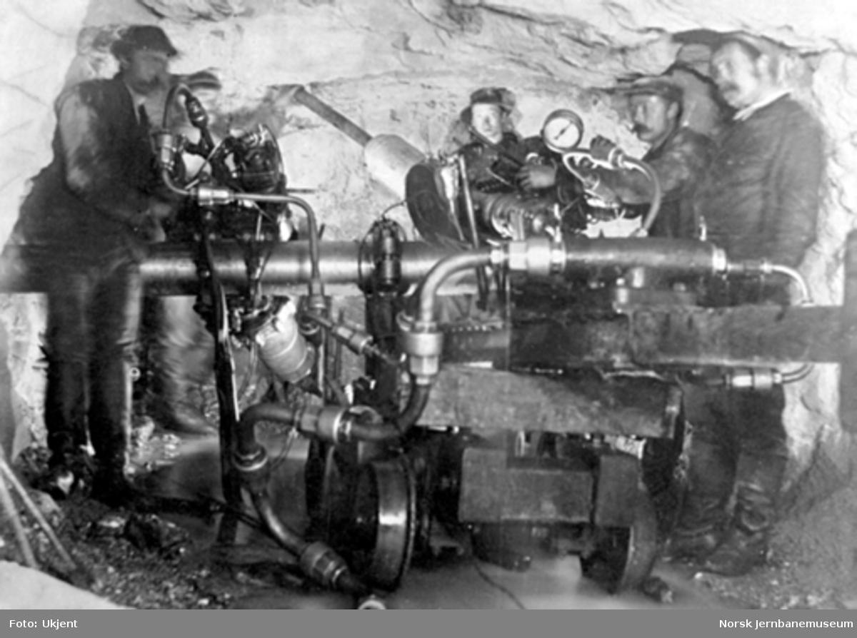 Anlegget av Gravehalsen tunnel; Brandtske boremaskin i arbeide 1 km fra tunnelåpningen