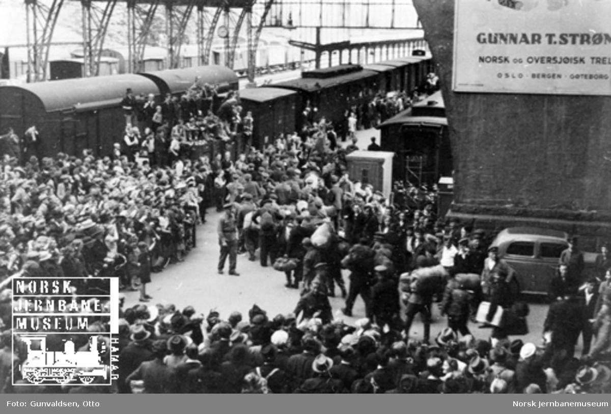 Toghallen på Bergen stasjon mai 1945, russiske krigsfanger vender tilbake