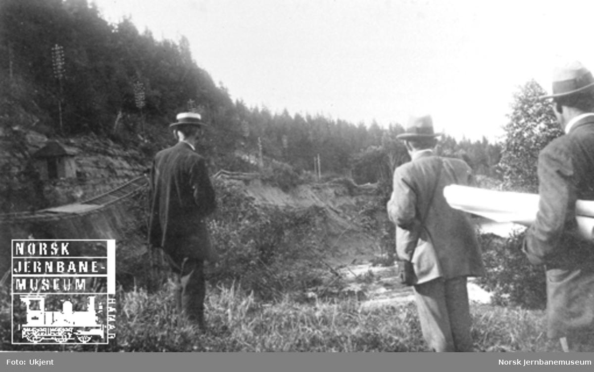 Smørstein-raset; ingeniører fra NSB ser ut over bruddstedet