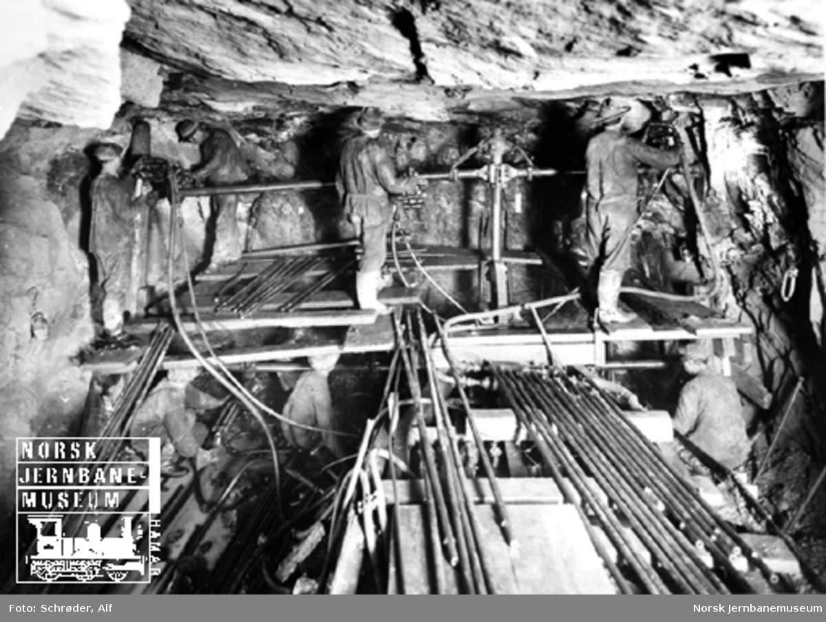 Medjå tunnel : tunnelborere borer en stollsalve
