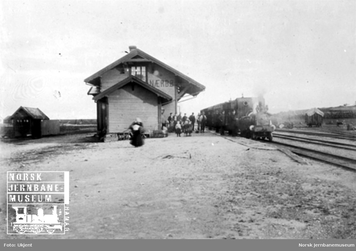 """Nærbø stasjon med damplokomotiv type III nr. 5 """"Tjalve"""" med tog"""