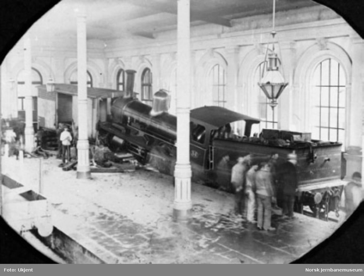 Uhell på Østbanen hvor lokomotiv nr. 35 har kjørt inn i en lukket godsvogn inne i hallen