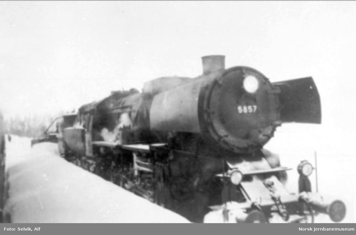 "Damplokomotiv type 63a nr. 5857, ""stortysker"", med snøryddingstog"
