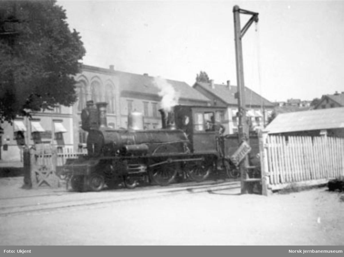 Damplokomotiv type XI nr. 54 passerer en planovergangen på Larvik stasjon