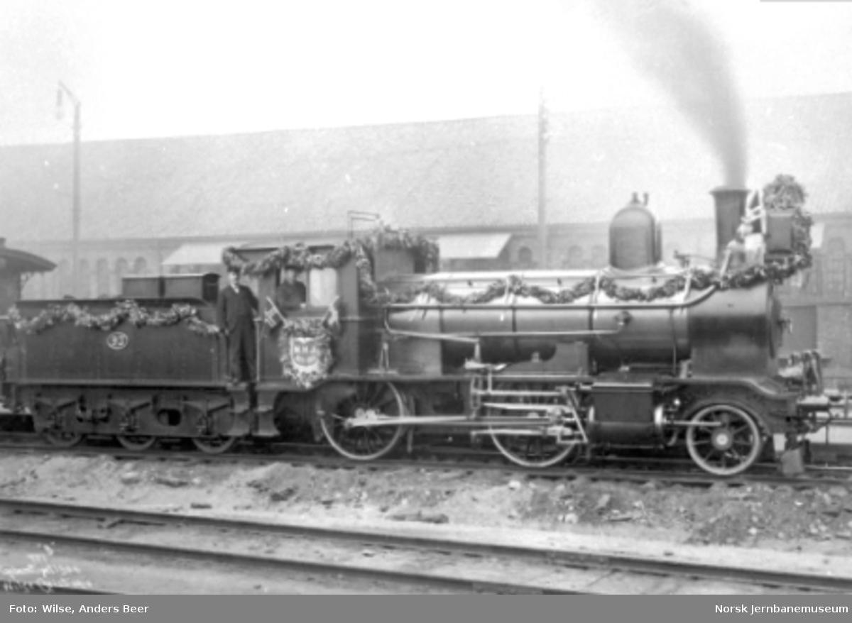 Et pyntet damplokomotiv litra G nr. 93 foran tog 49 på Østbanen ved Hovedbanens 50 års-jubileum