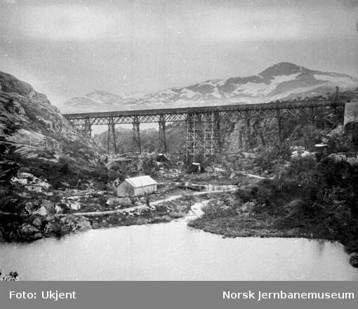 Byggingen av Norddalsbrua : En sammenhengende bru sett fra øst, alle bærende deler er ferdig sammenbygget