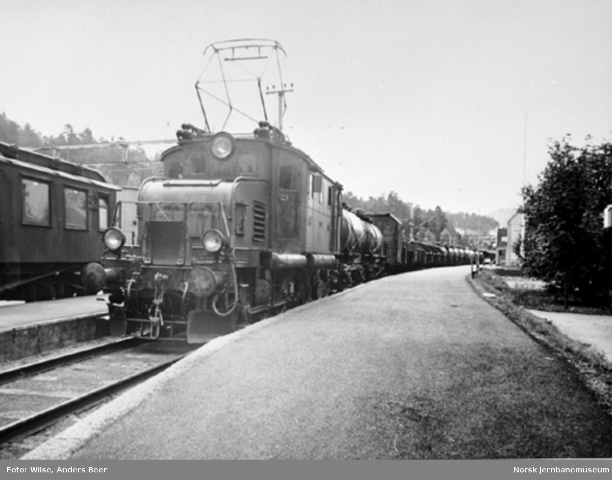 Elektrisk lokomotiv El 1.2021 med massegodstog
