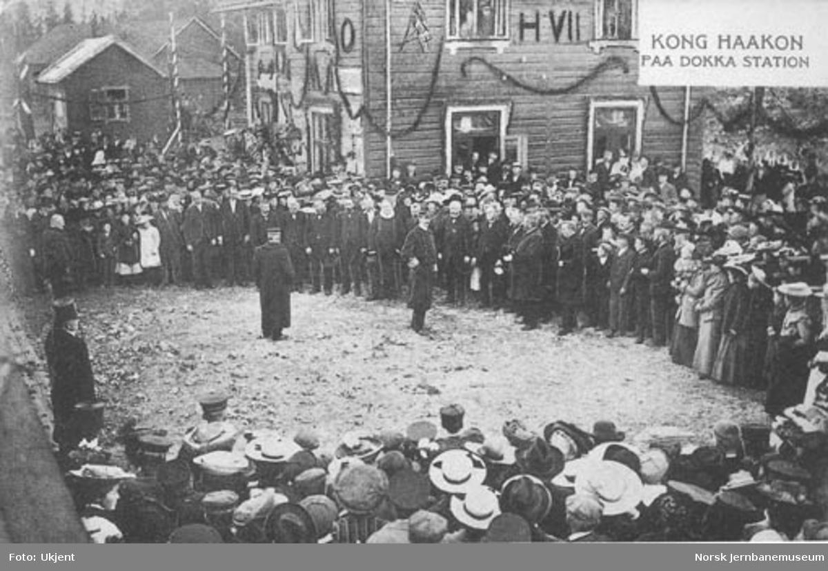 Kong Haakon VII på Dokka stasjon ved Valdresbanens åpning