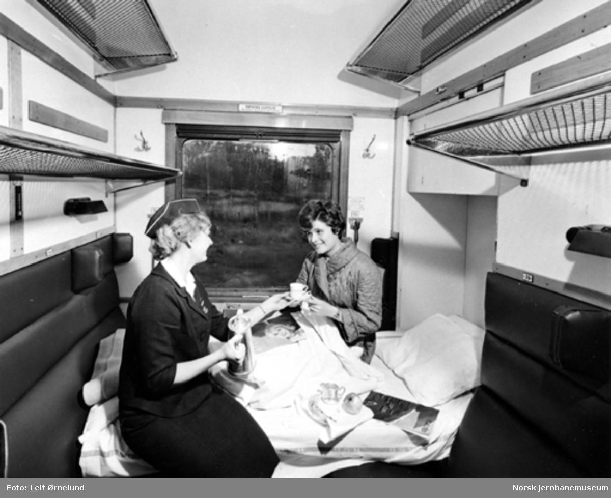 Interiør fra sykekupe i person- og konduktørvogn litra BFo2. Pasienten serveres kaffe av togvertinne