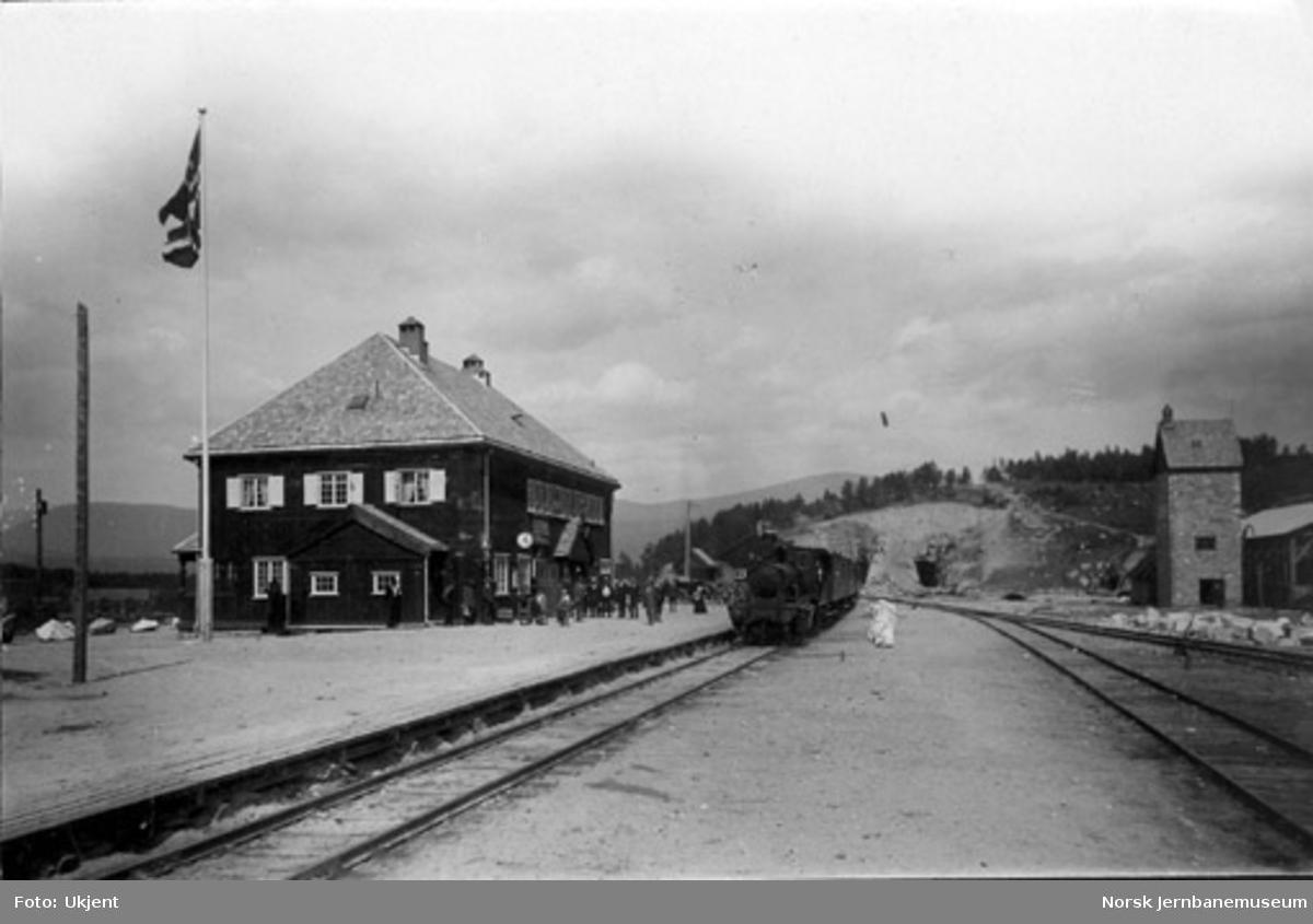 Dombås stasjon med persontog i spor 1