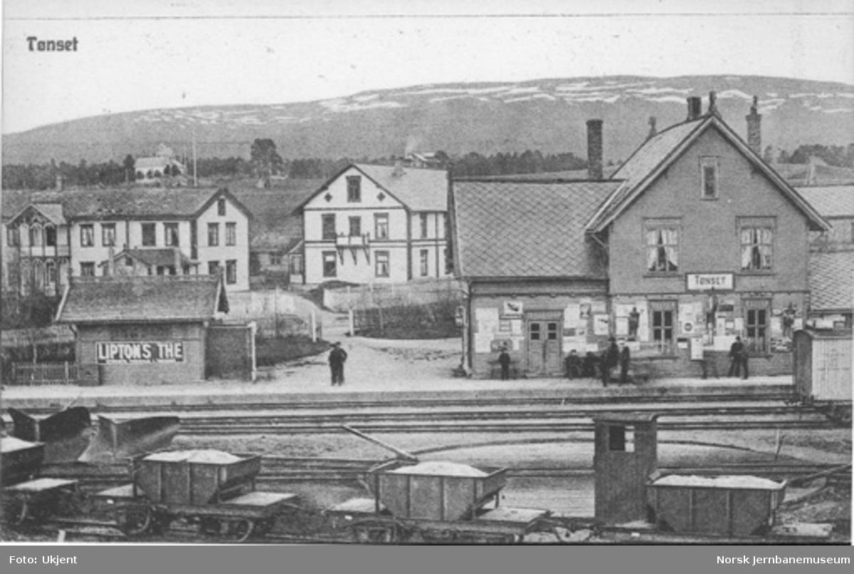 Tynset stasjon med Folldals-kisvogner i forgrunnen
