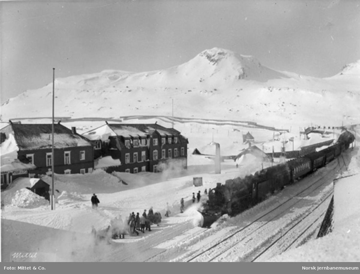 Finse stasjon med ankommende tog fra Bergen