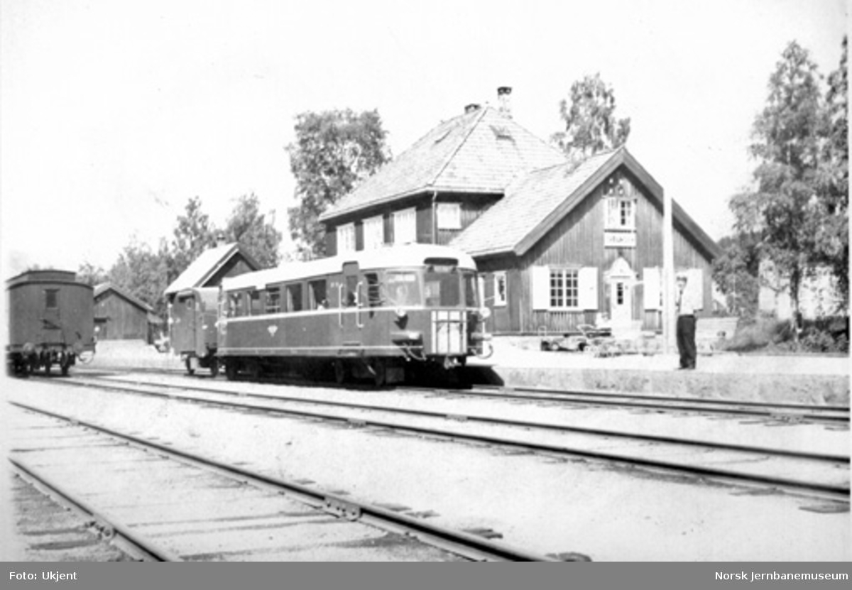 Treungen stasjon med motorvogn type 87 i spor 1