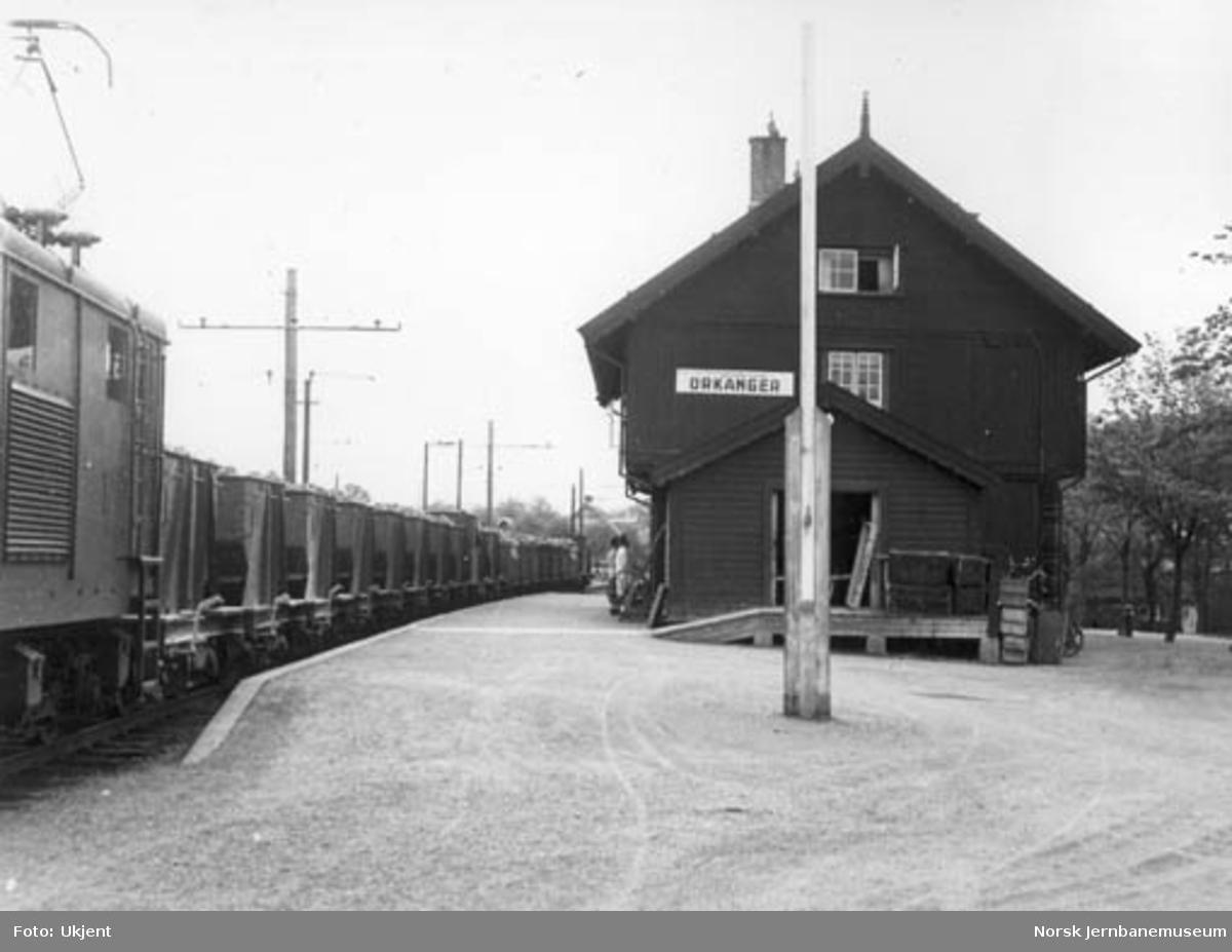 Thamshavnbanens elektriske lokomotiv nr. 1 foran kistog på Orkanger stasjon