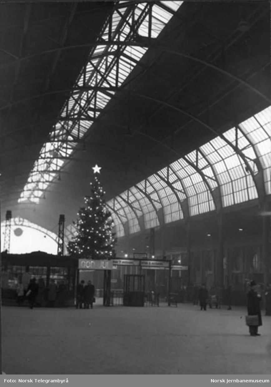 Lysende juletre i østbanehallen