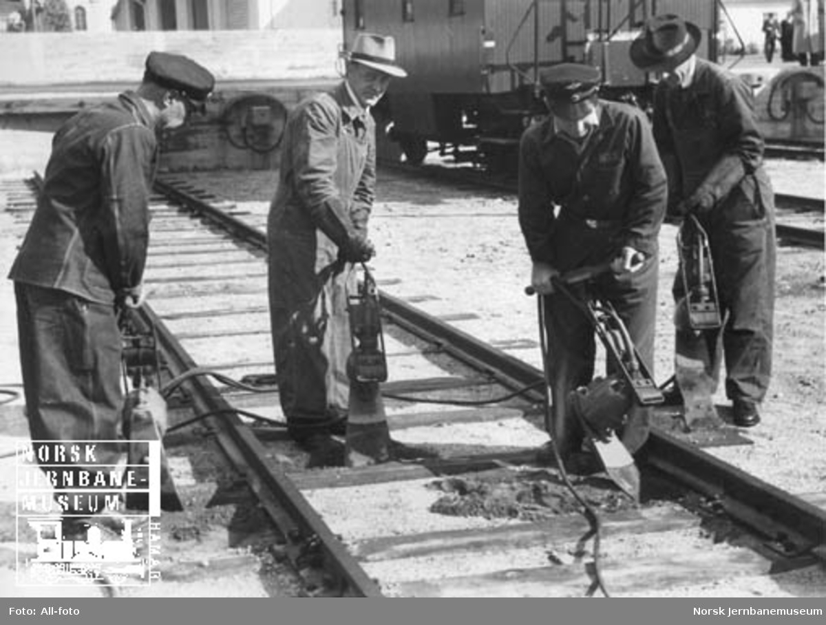 Fire mann med trykkluftdrevne svillepakkmaskiner