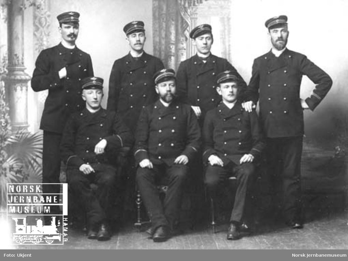 Gruppebilde av sju jernbanefolk i Hamar