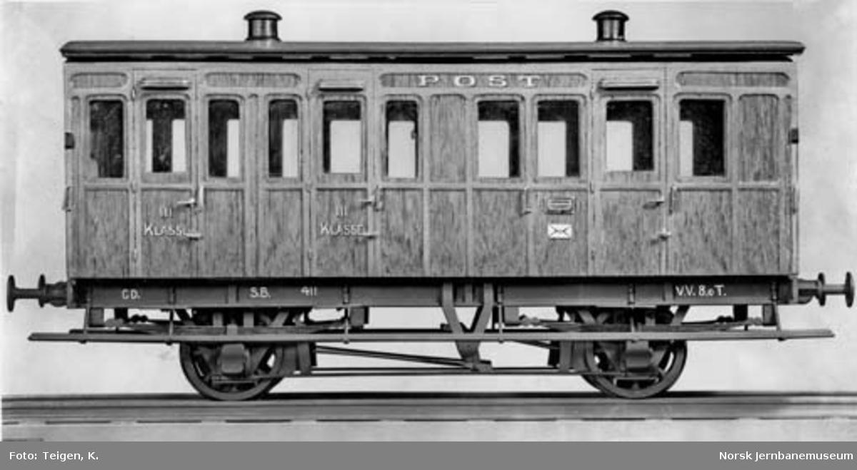 Postmuseets modell av Smaalensbanens 3. klasse og postvogn, litra CD nr. 411