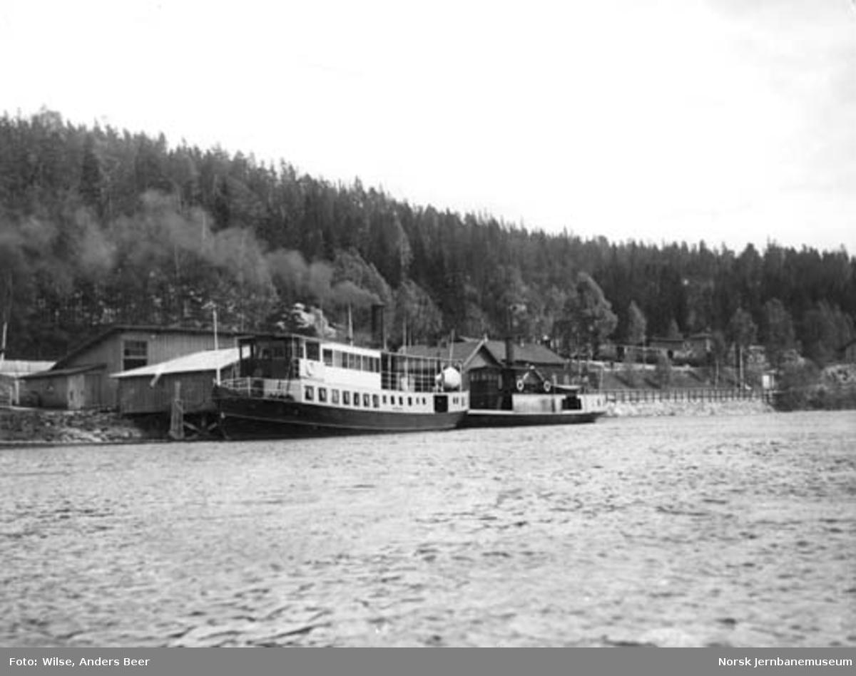 D/S Spirillen og Bægna ved Hen brygge, med stasjonen i bakgrunnen