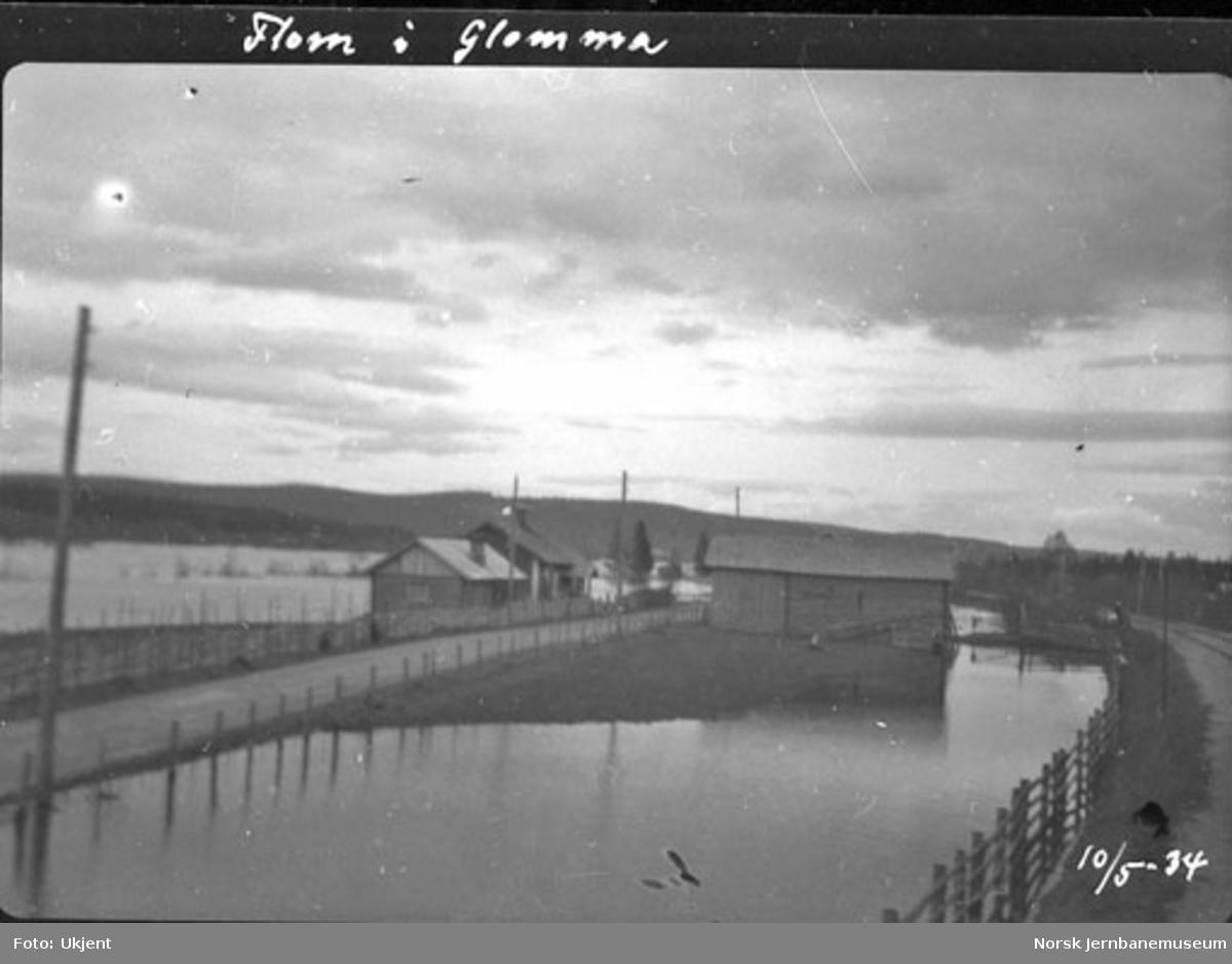 Flom i Glomma : Landeveg med landhandleri og jernbane ved km 172,45 nord for Øksna
