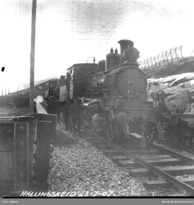 To damplokomotiver type 21a i spor 2 på Hallingskeid stasjon