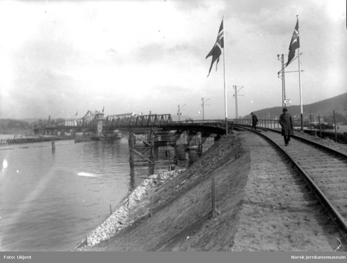 Ny bru over Drammenselva, flaggpyntet ved åpningen 10. mai 1930