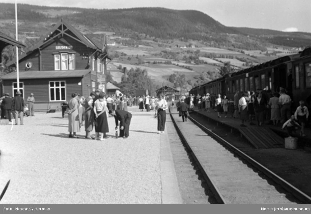 Persontog og reisende på Ringebu stasjon