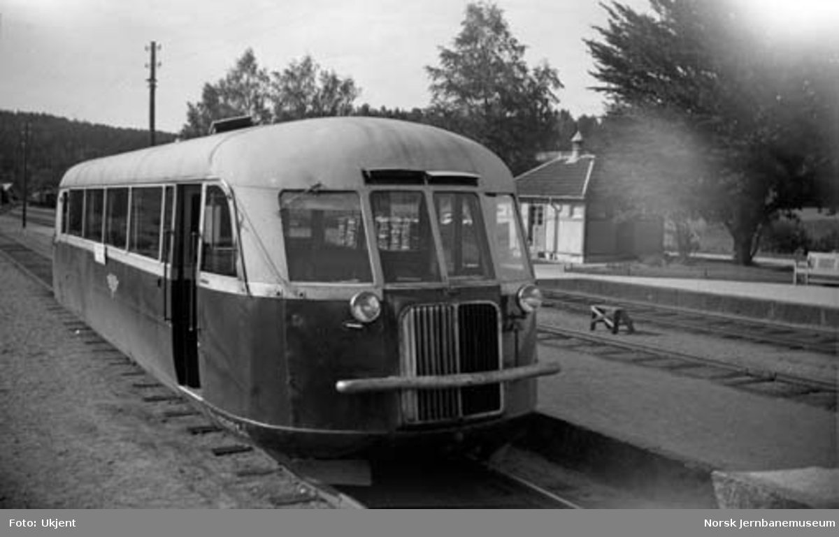 Motorvogn type Cmb17 nr. 18247 på Rise stasjon