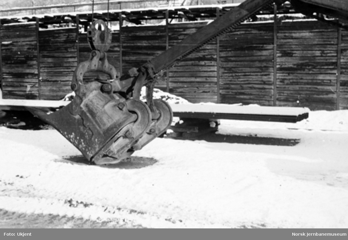 Vossebanens ombygging : gravemaskin Lorain L82