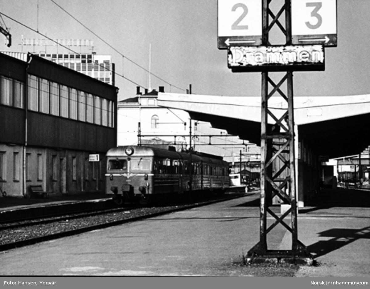 Lokaltog med motorvognsett type 69B på Drammen stasjon