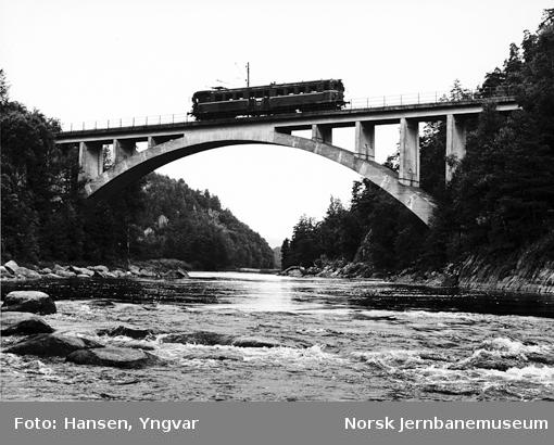 Motorvogn type 67 i lokaltoget mellom Marnardal og Kristiansand, på brua over Mandalselva