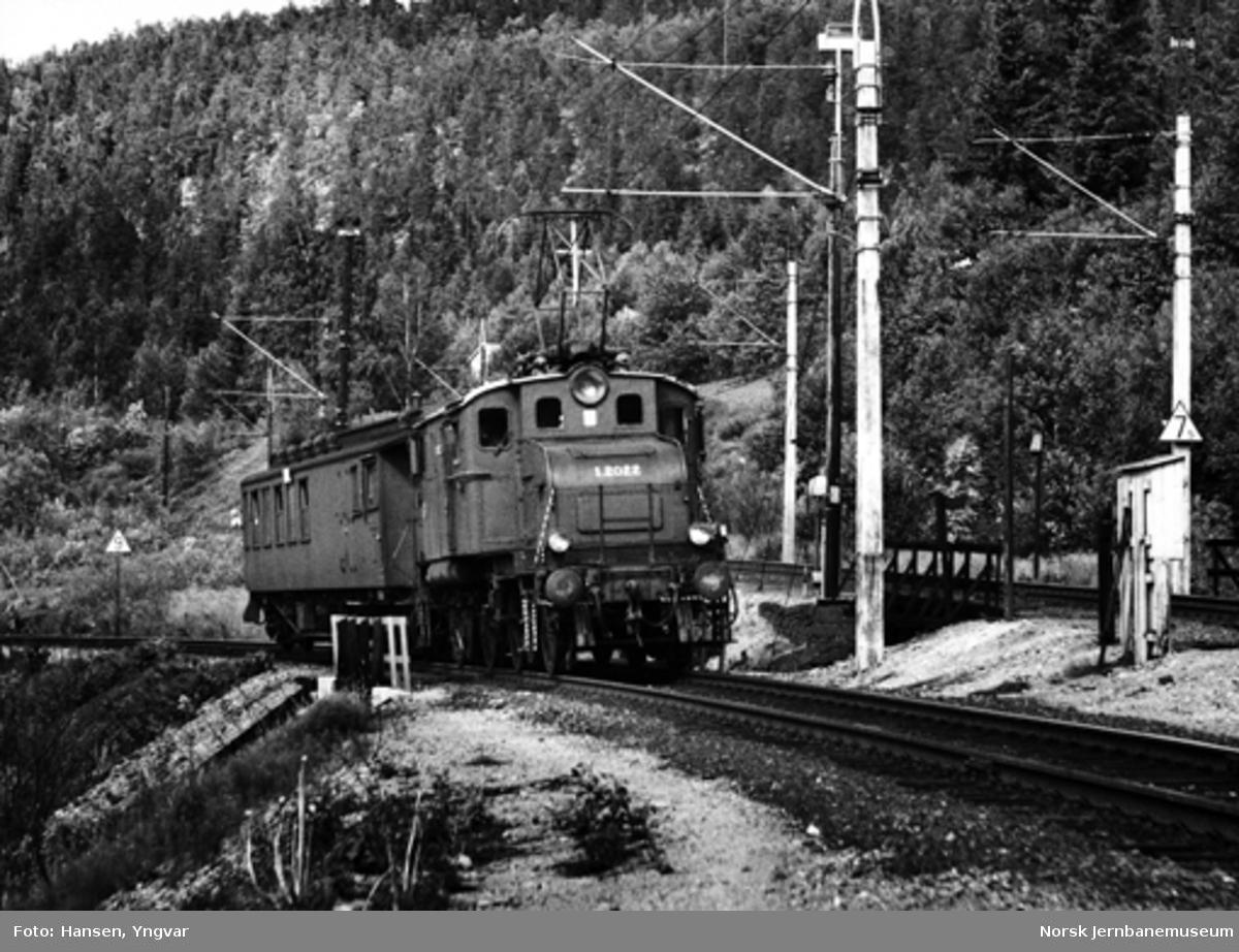 Elektrisk lokomotiv El 1 2022 ankommer Hjuksebø stasjon med persontog fra Notodden