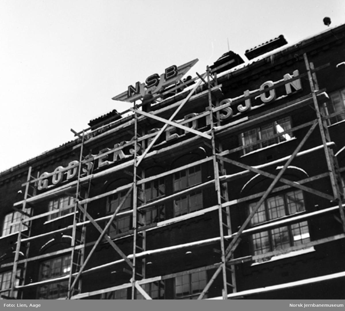 NSBs godsekspedisjon på Oslo Ø : montering av neonskilt