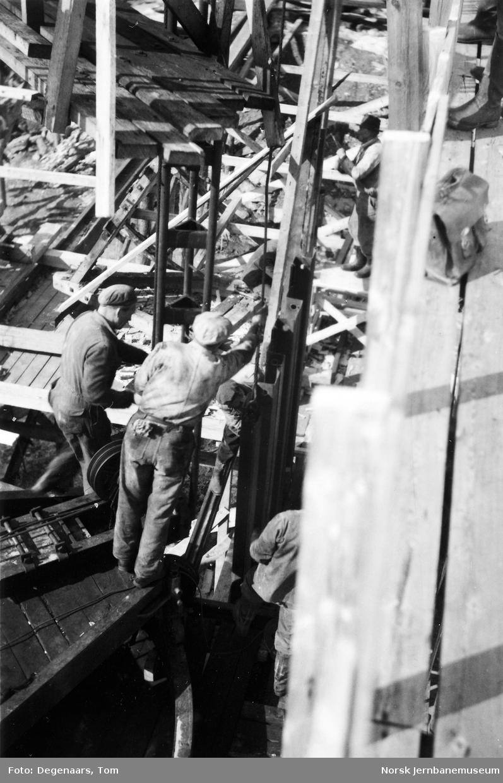 Bru over Tverråga : jernspuntvegg rammes ned